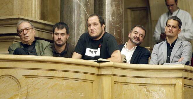 El exdiputado de la CUP David Fernández y el líder de ERC en el Ayuntamiento de Barcelona, Alfred Bosch siguen en la tribuna de invitados la sesión del Parlament que ha acordado por unanimidad tramitar la proposición de ley para declarar nulos los consejo