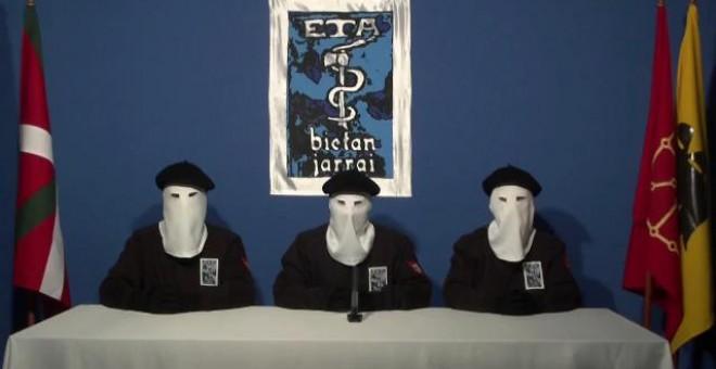 Miembros de ETA leen en 2011 el comunicado de cese de la violencia armada.