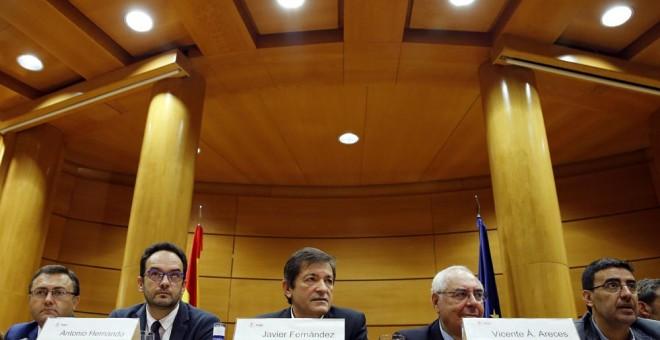 El presidente de la gestora del PSOE, Javier Fernández, durante la reunión entre diputados y senadores socialistas  en el Senado. EFE/Mariscal