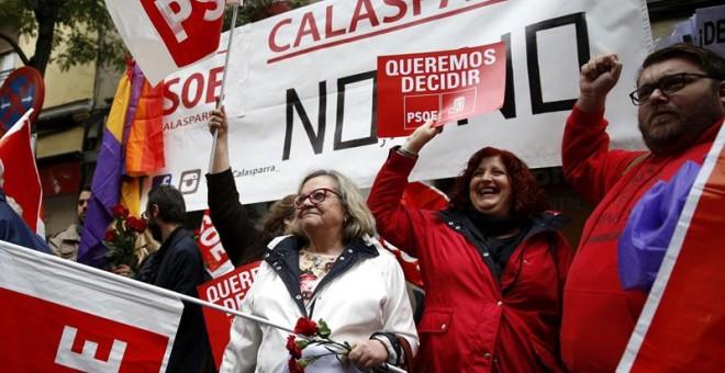 Militantes del PSOE protestan este sábado en Ferraz. EFE/Sergio Barrenechea