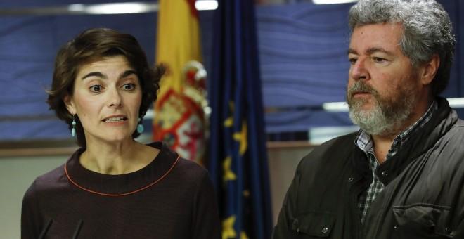 Rosa Martínez y Juan López de Uralde, coportavoces de Equo, durante la rueda de prensa ofrecida en el Congreso tras su encuentro con el rey Felipe VI. EFE