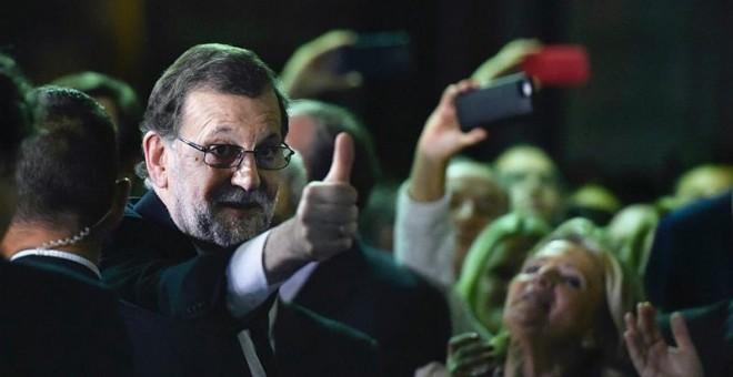 El líder del PP y presidente del Gobierno en funciones, Mariano Rajoy, a su salida del congreso tras ser investido hoy presidente del Gobierno por mayoría simple. / EFE