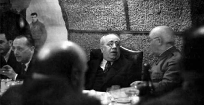 En los sótanos del Ministerio, Azaña conversa con el general Miaja. Les acompañan José Giral, ministro de Estado, e Indalecio Prieto, ministro de Defensa Nacional. MINISTERIO DE HACIENDA