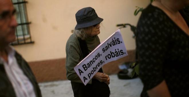 Una mujer anciana en una protesta contra los recortes en Sevilla. REUTERS