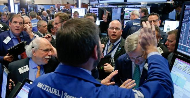 Operadores de la Bolsa de Nueva Yor (NYSE), en Wall Street, tras las lecciones presidenciales en EEUU. REUTERS/Brendan McDermid