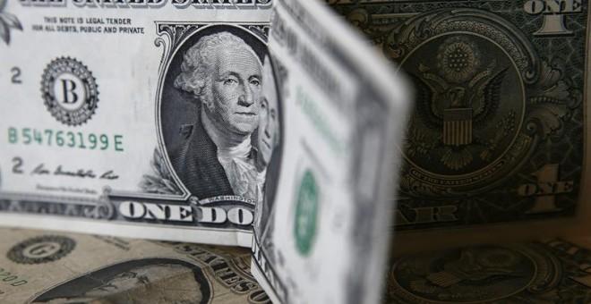 Otra amenaza surge de las devaluaciones competitivas entre las grandes divisas, que han devuelto la hegemonía al dólar / EFE