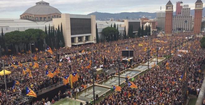 Manifestantes llenaban la avenida frente a las fuentes de Montjuic media hora antes del inicio del acto.