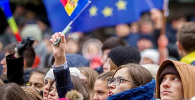 Varios estudiantes participan en una manifestación en contra del nuevo presidente, el socialista prorruo Igor Dodon, en frente de la Comisión Electoral Central en Chisinau, Moldavia. EFE