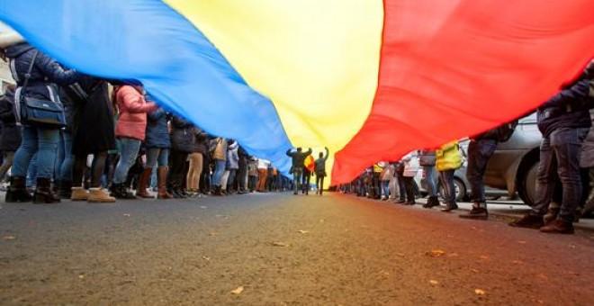 Cientos de personas sostienen una bandera nacional gigante durante una manifestación en contra del nuevo presidente, el socialista prorruo Igor Dodon, en Chisinau, Moldavia. EFE