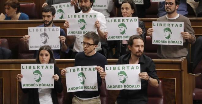 Los diputados de Unidos Podemos, encabezados por su líder Pablo Iglesias, han pedido hoy en el hemiciclo del Congreso la libertad del exconcejal de su formación en Jaén, Andrés Bódalo, en prisión desde el pasado mes de marzo por participar en la agresión