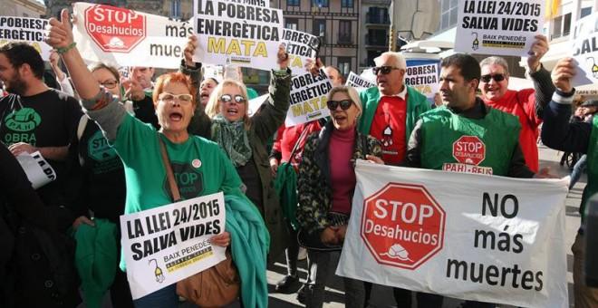 Vecinos de Reus (Tarragona) se han concentrado este mediodía para condenar la muerte el pasado lunes día 14 de una anciana en un incendio causado por la vela con la que se alumbraba después de que se le hubiera cortado el suministro de luz por falta de pa