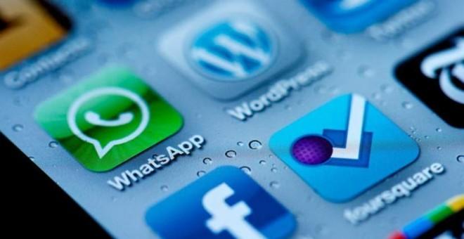 Las app de WhatsApp y de Facebook, en la pantalla de un teléfono móvil.