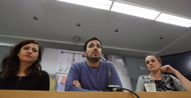 El coordinador federal de IU, Alberto Garzón, junto a Sira Rego, responsable de Estrategias para el Conflicto, y Clara Alonso, secretaria Ejecutiva de Comunicación. EFE