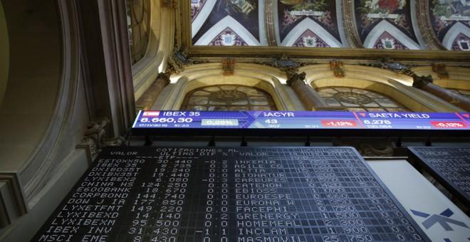 Paneles informativos en el patio de negociación de la Bolsa de Madrid. EFE/Zipi