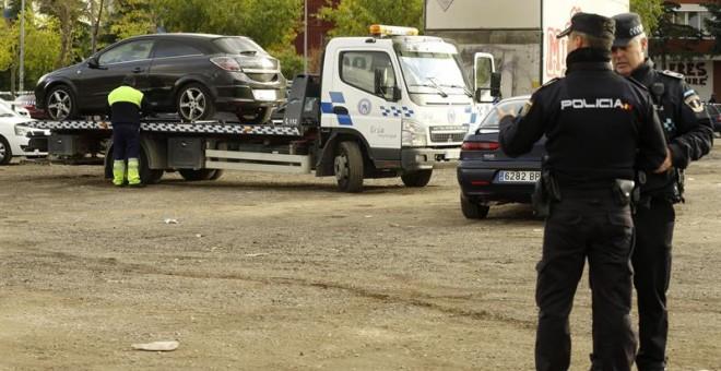 Una grúa traslada el vehículo donde hoy una mujer de 26 años ha muerto degollada presuntamente por su novio, que ha sido detenido por la Policía tras avisar a su suegra de lo que había hecho. / EFE