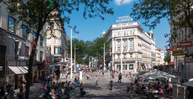 La reforma del distrito vienés de Mariahilfer con parámetros de urbanismo feminista ganó espacio para el peatón y creó zonas de socialización con bancos.