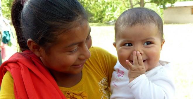 Una chica menor de edad con su hijo, en Honduras.