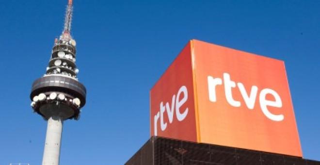 Logotipo de RTVE frente a Torre España, Madrid