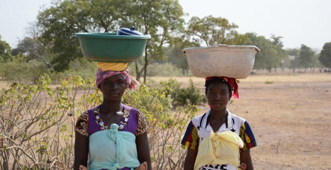 Mujeres con barreños para recoger agua en burkina Faso. / AUARA