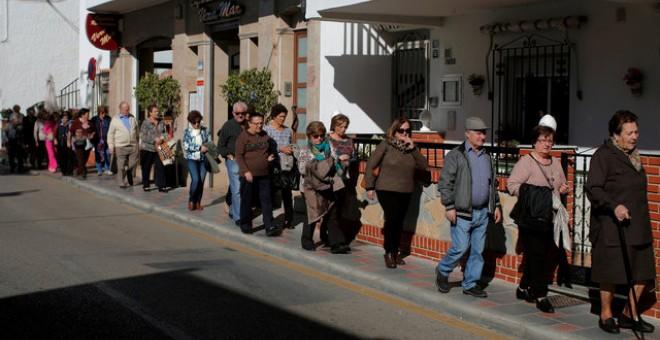 Un grupo de pensionistas europeos pasea por la Cala de Mijas (Málaga) el pasado 17 de novimebre. | JON NAZCA (REUTERS)