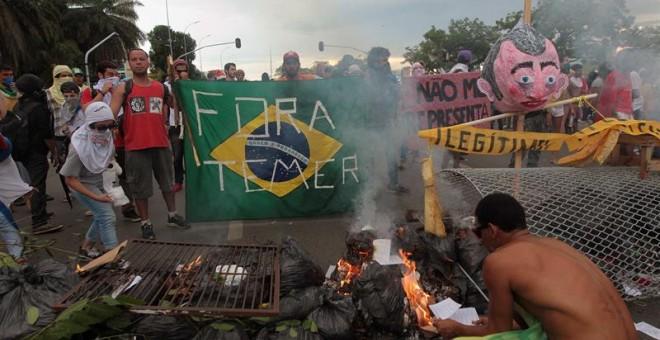 Manifestantes montan una barricada durante una protesta ante el Congreso brasileño contra el ajuste fiscal del Gobierno de Temer. - EFE