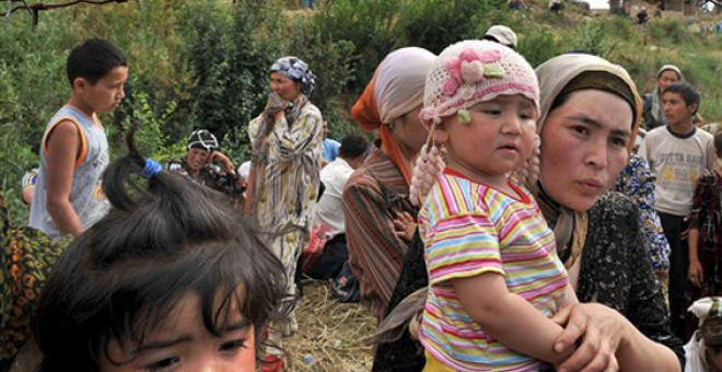 El conflicto de Asia Central provoca que miles de refugiados huyan por la violencia étnica. / AFP