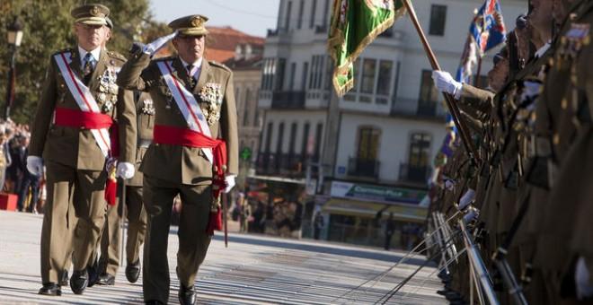 El teniente general Juan Gómez de Salazar pasa revista a las tropas durante un acto, el pasado mes de octubre. EFE