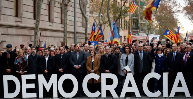 Concentración de apoyo a Carme Forcadell, a las puerta del Parlament, este viernes. REUTERS/Albert Gea