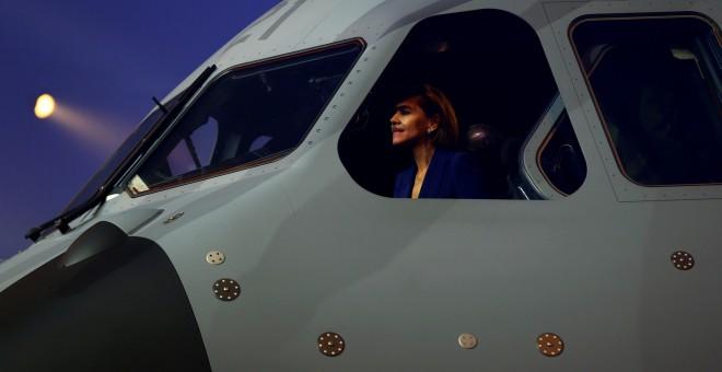 La ministra de defensa en la cabina del avión de transporte militar Airbus A400M, en su presentación en la factoría de Sevilla. REUTERS/Marcelo del Pozo