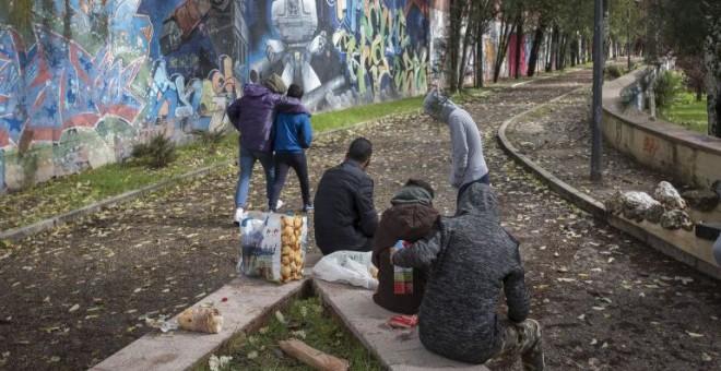 El grupo de niños, en el Parque Isabel Clara Eugenia de Madrid. PEDRO ARMESTRE | Save the children