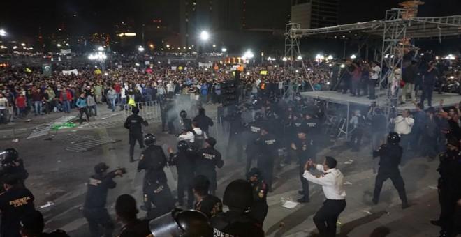 Policías de la ciudad de Monterrey (México), se enfrentaron este jueves con un tumulto de manifestantes contrarios al aumento de la gasolina. Hubo 21 detenidos y decenas de heridos. EFE/ Juan Cedillo