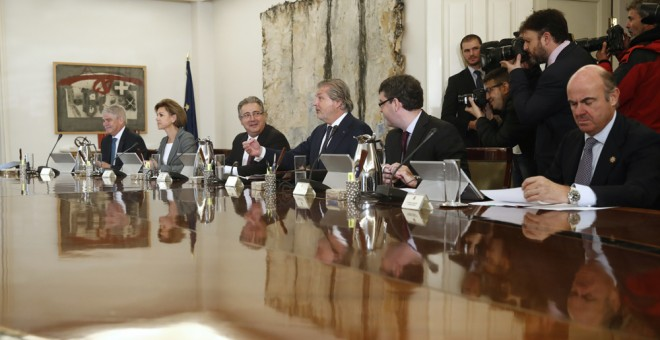 El ministro de Economía, Luis de Guindos (el primero por la derecha), en una reunión del Consejo de Ministros. EFE
