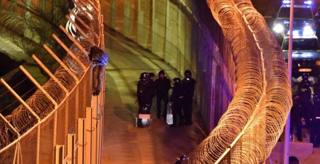 Uno de los inmigrantes que intentaron saltar la valla de Ceuta en Año Nuevo / STRINGER / REUTERS