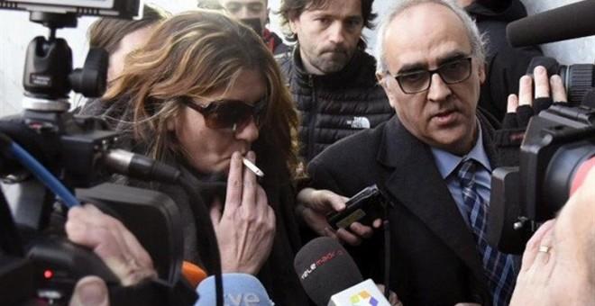 La madre de Nadia, Margarita Garau (i), rodeada de un enjambre de cámaras y acompañada por su abogado, Alberto Martín (d), a su llegada al juzgado de La Seu d'Urgell (Lleida). /EFE