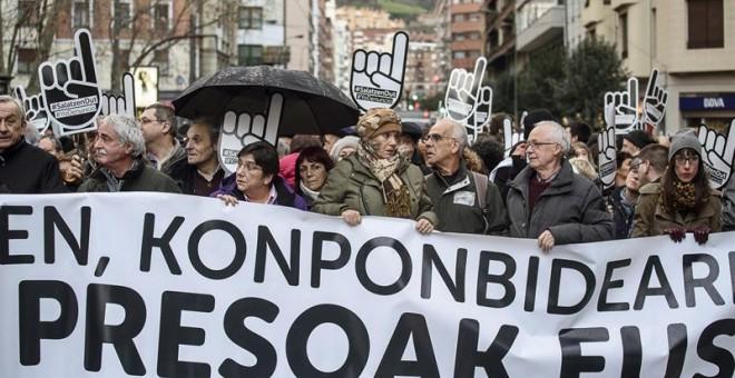 """La red ciudadana Sare celebra su habitual gran manifestación anual contra la """"vulneración de derechos"""" y la dispersión de los presos de ETA, hoy en Bilbao. EFE/JAVIER ZORRILLA"""