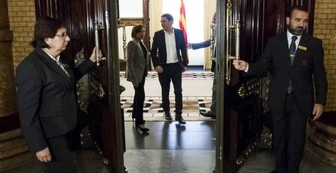 La presidenta del Parlament, Carme Forcadell (i) despide al líder abertzale y secretario general de Sortu, Arnaldo Otegi.EFE
