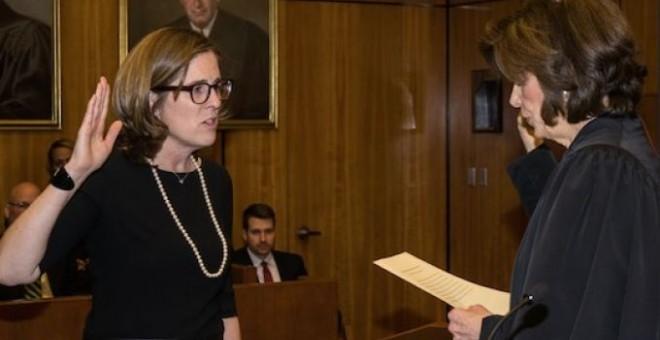 Ann Donnelly en su toma de posesión como juez federal de Brooklyn, en 2015.