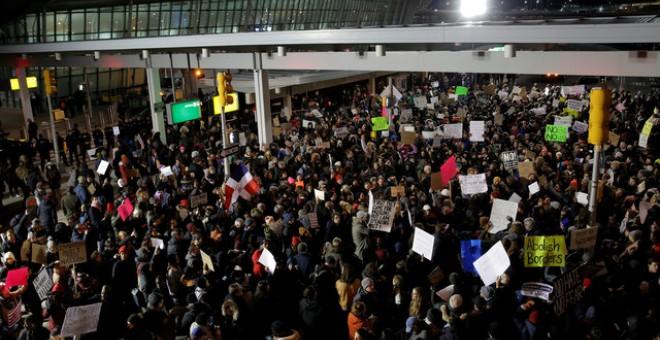 Manifestación de protesta en el exterior de la terminal 4 del aeropuerto internacional de Nueva York por la prohibición de entrada contra ciudadanos de siete países de mayoría musulmana, decretada por Donald Trump. REUTERS/Andrew Kelly