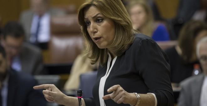 La presidenta andaluza, Susana Díaz, muestra un documento en una de sus intervenciones en la sesión de control al Ejecutivo en el Parlamento de Andalucía en Sevilla. EFE/Julio Muñoz