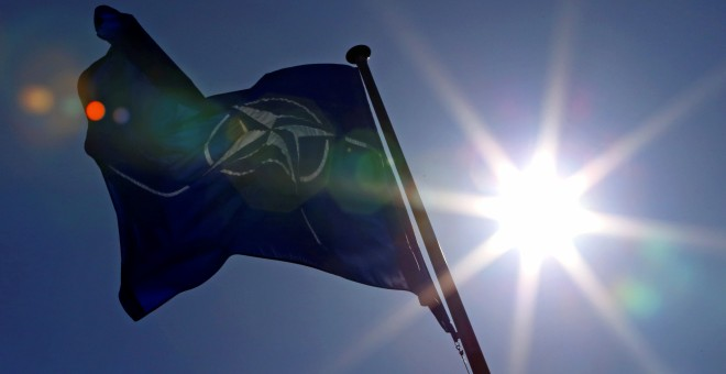 La bandera de la OTAN ondea en su sede en Bruselas. REUTERS/Yves Herman