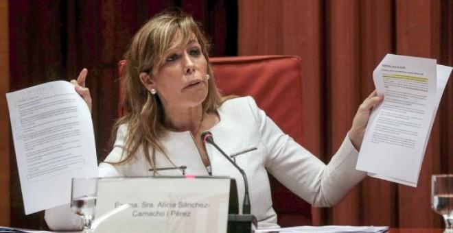 Alicia Sánchez-Camacho enseña unos papeles durante su comparecencia en el Parlament de Catalunya sobre la grabación de La Camarga, en abril de 2015. EFE / Alberto Estévez