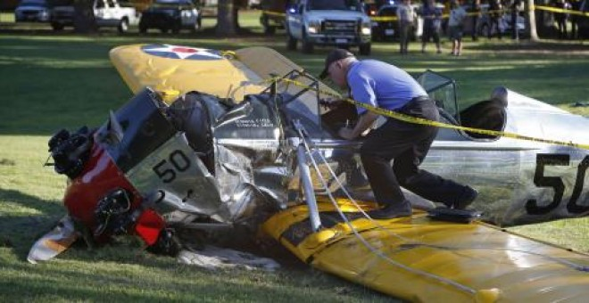 La avioneta que pilotaba Harrison Ford, tras el accidente. REUTERS