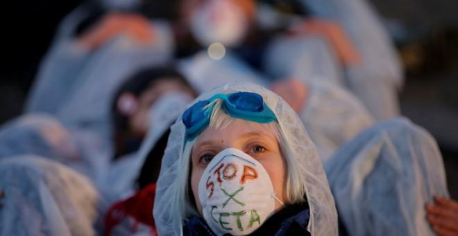 Un amnifestante lleva una máscara con las palabras 'Stop CETA' en las protestas en Estrasburgo, Francia. / REUTERS