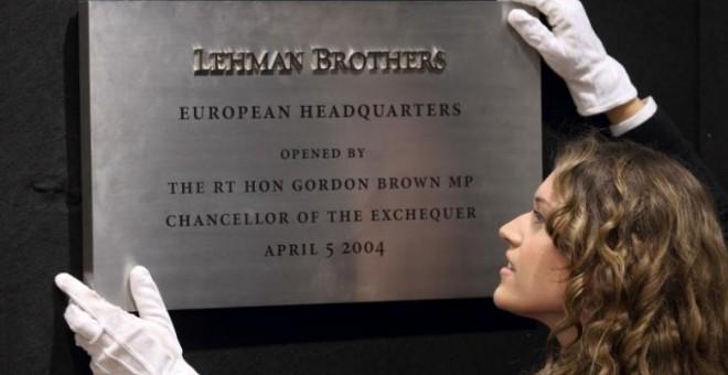 Placa de la sede europea de Lehman Brothers. / REUTERS