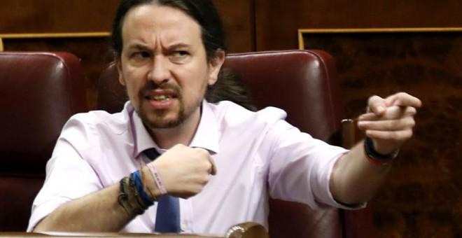 El líder de Podemos, Pablo Iglesias, se dirige a la bancada popular en el Congreso de los Diputados, EFE/Sergio Barrenechea