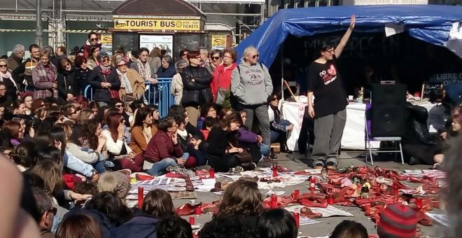 Pamela Palenciano, representando 'No solo duelen los golpes' en la Puerta del Sol / PÚBLICO