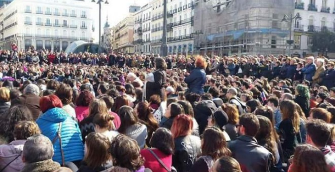 A primera hora de la tarde, miles de personas procedentes de otras manifestaciones en la capital acudieron a la Puerta del Sol a solidarizarse con las huelguistas de hambre.CARMEN SANTOS