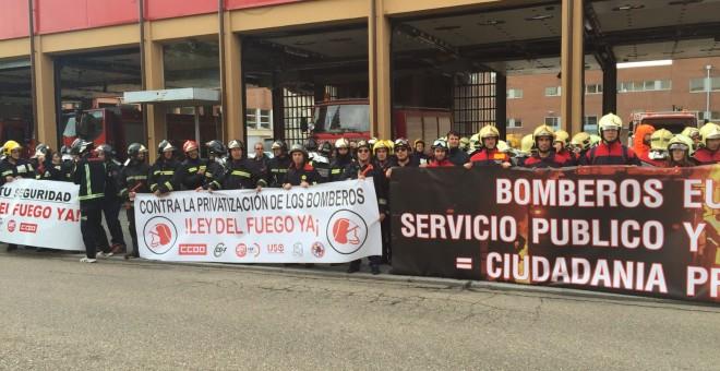 Manifestación de un colectivo de bomberos contra la privatización