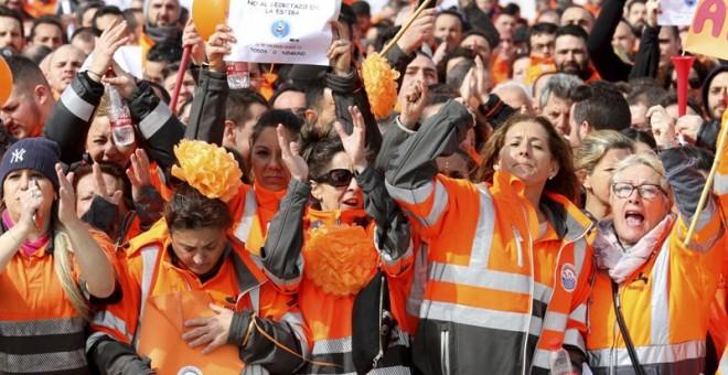 Alrededor de un millar de personas, en su mayoría estibadores del puerto de Algeciras apoyados por representantes de delegaciones de IDC (Consejo Internacional de Estibadores) de varios países se han reunido hoy en la explanada del Nombramiento dentro del