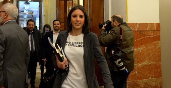Irene Montero, a su entrada este miércoles en el Hemiciclo del Congreso de los Diputados, ataviada con una camiseta en favor de la liberación de Milagro Sala. DANI GAGO (Podemos)